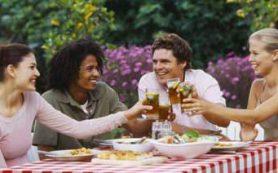 Врачи поделились особенностями приема алкоголя летом