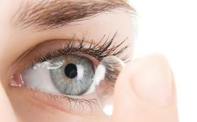Неправильно надетые контактные линзы приводят к воспалению глаз
