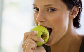 Стоматологи предупредили о вреде яблок для здоровья зубов
