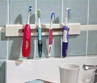 Медики рассказали, почему не стоит хранить зубную щетку в ванной