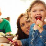 Дети из многодетных семей страдают ожирением реже, чем дети-одиночки