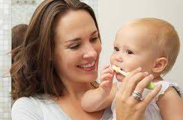 Стоматологи рекомендуют родителям следить за зубным здоровьем своих детей с первых лет жизни