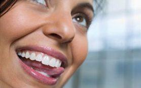Женщины начинают вставлять стеклянные зубы